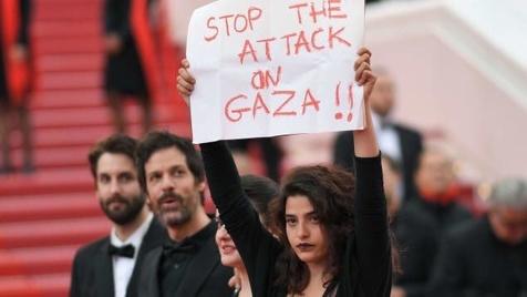 حمایت جالب خانم بازیگر از مردم غزه بر روی فرش قرمز + عکس