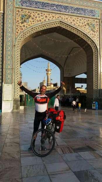 دوچرخه سوار همدانی پس از 1400 کیلومتر رکاب زدن به حرم مطهر رضوی مشرف شد
