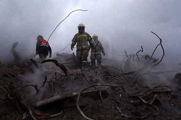 آخرین اخبار از روز چهارم حادثه پلاسکو؛ آتشنشانان سراسر کشور از حرکت به سمت تهران خودداری کنند/ محدودیتهای ترافیکی همچنان ادامه خواهد داشت/ فرصت سه تا چهار روزه برای اتمام عملیات نیاز است