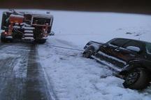 بازگشایی گردنه چری کوهرنگ  امداد رسانی به 35 خودرو گرفتار در برف
