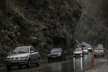 بارش باران در راه های البرز و لغزندگی جاده ها