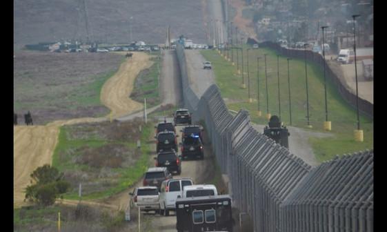 بازدید ترامپ از دیوار جنجالی همزمان با اعتراضات+ تصاویر