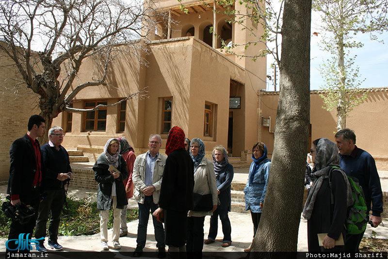 بازدید جمعی از گردشگران آلمانی از بیت امام خمینی در خمین. 27 فروردین 1396. عکس از سایت جماران