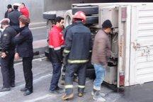 2 دستگاه کامیونت در تهران واژگون شد