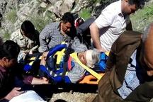 نجات کوهنورد مصدوم در کوههای منطقه کامیاران توسط نجاتگران هلال احمر