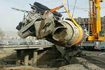 واژگونی خودرو میکسر حامل بتن در بزرگراه ستاری پایتخت یک کشته داشت