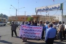 کارگران شهرداری شادگان خواستار پرداخت حقوقشان شدند