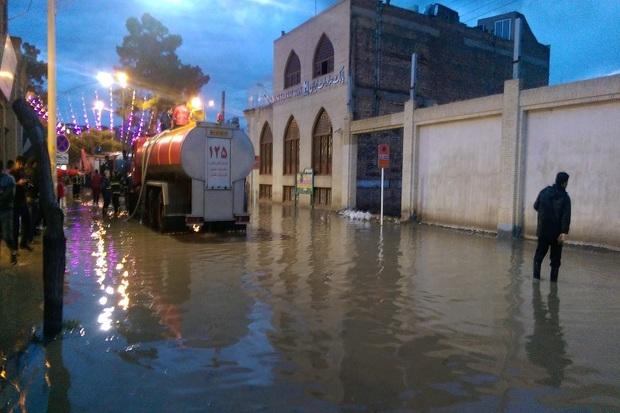 رگبار باران برخی معابر شهری کاشان را مسدود کرد