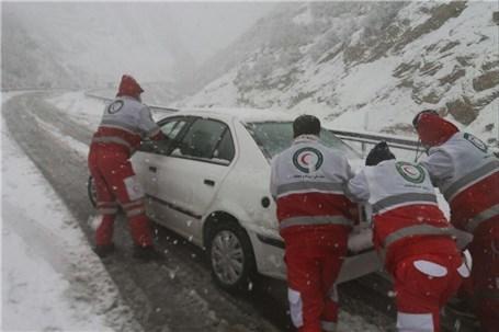 چهار خودرو سواری با 9 نفرسرنشین در ندوشن از برف نجات یافتند