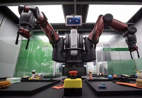 این ربات به بیماران لباس می پوشاند