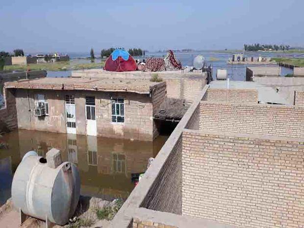 سیلاب به برخی خیابان های شهرگوریه ورود کرده است