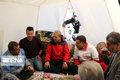 دیدار سخنگوی دولت با خانوادههای داغدار زلزله میانه