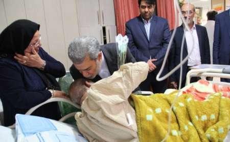 استاندار یزد از بیماران بیمارستان افشار عیادت کرد