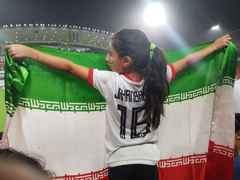 تصویری جالب از یک هوادار در ورزشگاه محمد بن زاید