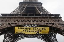 عکس/ پرچم اعتراض به لوپن بر فراز ایفل