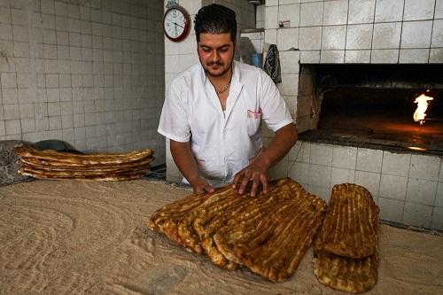 هیچ نانوایی حق گران کردن نان با عنوان مخصوص را ندارد