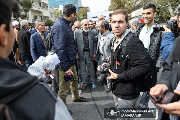 حضور حسین شریعتمداری در راه پیمایی 13 آبان با پای شکسته + عکس