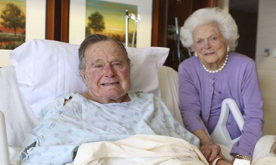 عکس/ بوش بر روی تخت بیمارستان