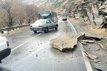 مصدومیت یک نفر بر اثر ریزش سنگ روی خودرو
