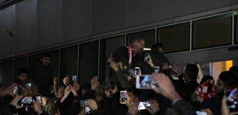 استقبال هواداران تراکتور از سرمربی جدید سرخ پوشان+ تصاویر