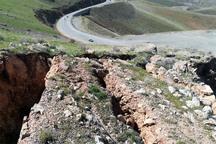 بخشی از کوه در گردنه صلوات آباد ریزش کرد