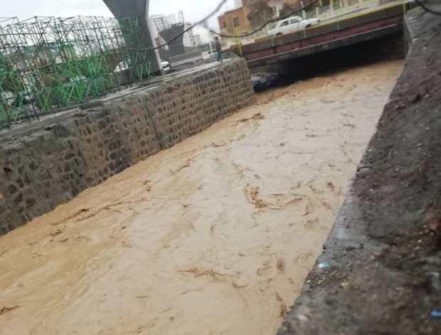 خاکریز برای مقابله با سیلاب منطقه مشهد میقان اراک ایجاد شد