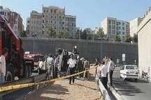 واژگونی بونکر 20 تنی سیمان در بزرگراه آزادگان تهران یک مصدوم داشت
