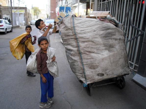متولیان اصلی در صحنه ساماندهی کودکان کار غایب هستند  فشار اقتصادی تهدید نشاط خانوارها