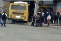 3 مصدوم در  برخورد اتوبوس با یک قنادی در شهرک مینودر