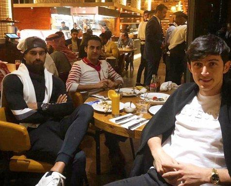 بازیکنان تیم ملی بیرون از هتل شام خوردند + عکس