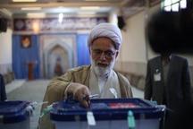 نماینده ولی فقیه در استان مرکزی رای خود در صندوق انداخت