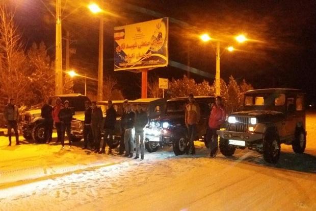 آفرود سواران تکاب به کمک خودروهای گرفتار در برف شتافتند