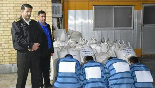 سارقان ۱۸۰۰ کیلوگرم پسته در شهربابک دستگیر شدند