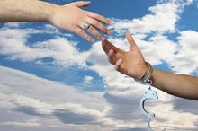 تلاش برای آزادی زندانیان جرایم غیرعمد از مصادیق انفاق است