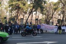 پیمانکاران طلبکار مقابل ساختمان شورای شهر تجمع کردند