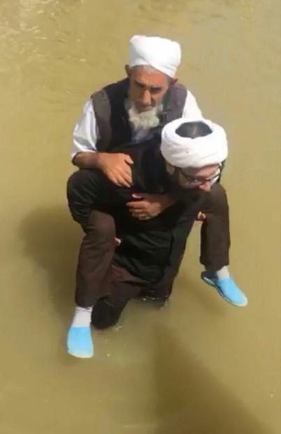 امداد رسانی یک روحانی شیعه به شیخ اهل سنت + عکس