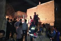 تلاش برای خارج کردن یک خانم در زیر آوار ناشی از انفجار گاز در اهواز