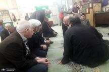 حضور محمدرضا عارف در یکی از مساجد شرق تهران برای نماز مغرب و عشا و شنیدن مشکلات مردم