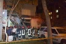 ریزش واحد تجاری در مشهد موجب حبس 3 نفر و خسارت سه وسیله نقلیه شد